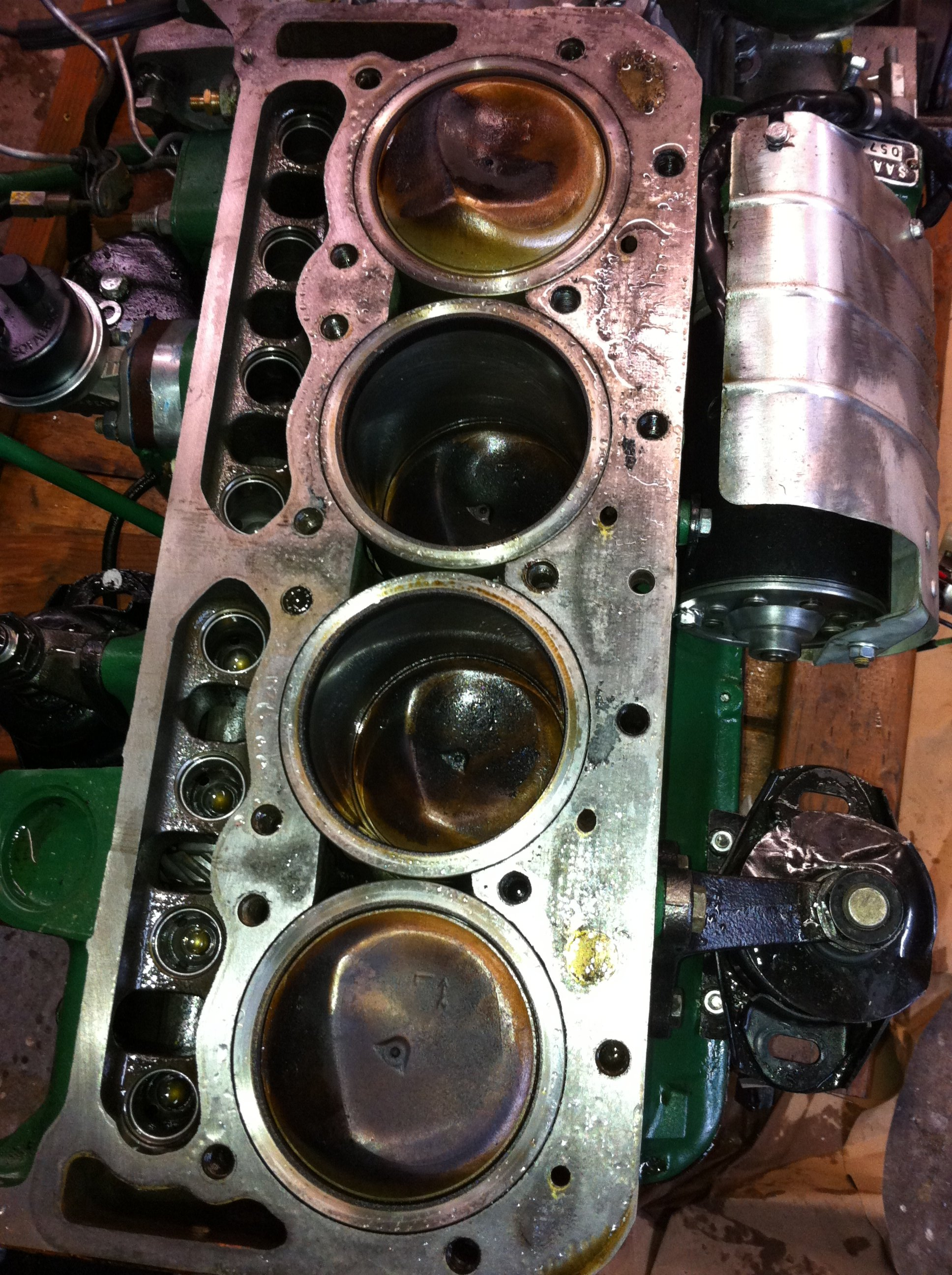 Head and head gasket look very good, pistons are coated with oil - not good